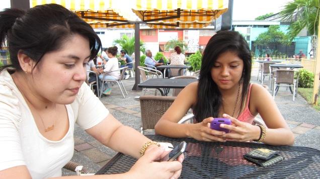 amigas con smartphone