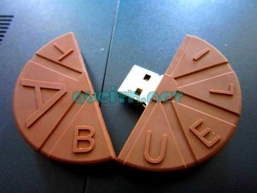 En medio viene el plug del USB, bien guardado entre el chocolate. ^_^