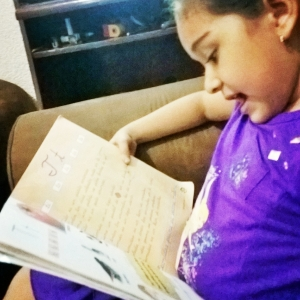 Yanira-Pineda-lee-un-libro