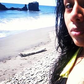 salvadorena-playa-tunco-selfie-queith-katherine-montero