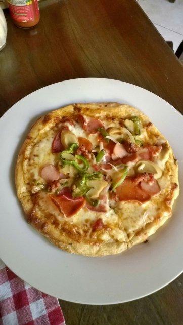 Pizza Personal, no recuerdo el nombre pero trae jamón, pepperoni, tocino, chile verde y hongos. <3