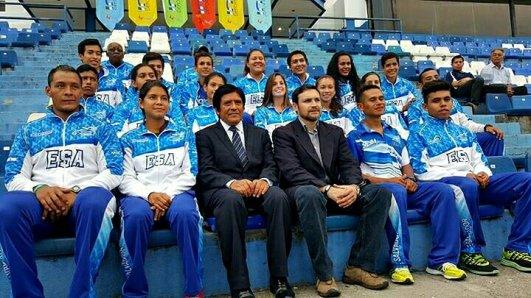 Foto oficial del presidente del Indes y presidente de la federación salvadoreña de atletismo con la selección mayor nacional de atletismo.