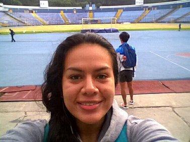 Mi carota y de fondo el estadio Mateo Flores en la Ciudad de Guatemala.