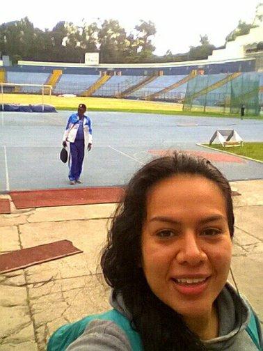 Selfie en el Estadio Mateo Flores y al fondo, el profesor Cazañas.