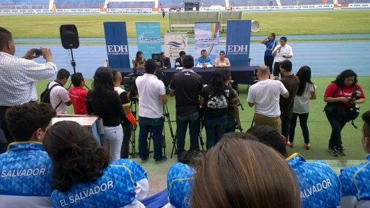 La mesa dando conferencia a medios.